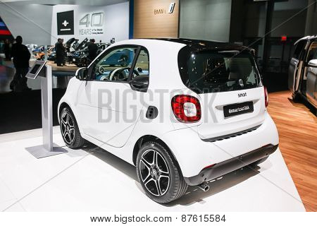 NEW YORK - APRIL 1: Mercedes-Benz exhibit Smart car at the 2015 New York International Auto Show during Press day,  public show is running from April 3-12, 2015 in New York, NY.