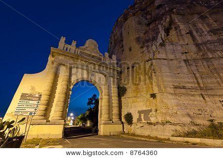 Neapel Tor auf der Via Appia in der italienischen Stadt Terracina