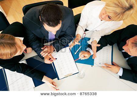 Trabajo en equipo - discusión en la oficina