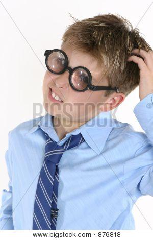 Schule Studenten in komischen Brillen und einen Confusedl Ausdruck