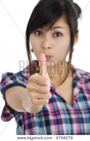 Frau mit einem Daumen