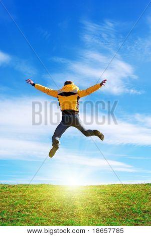 Homem saltar ao sol. Cena emocional.