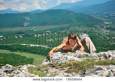 Homem clamber na montanha. Elemento do projeto.
