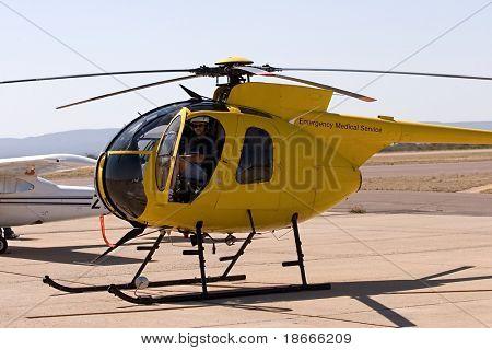 Helikopter-Pilot im cockpit