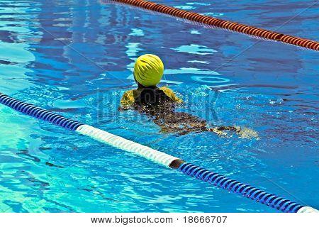 Competencia de natación en la piscina de los niños