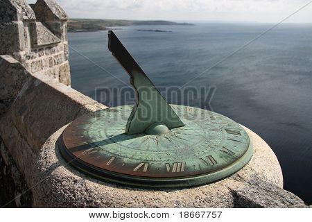 Antiguo reloj de sol en los muros del castillo de Monte del San Miguel contra el mar; Cornwall; Inglaterra.