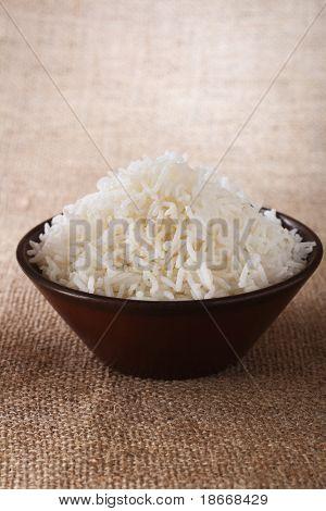 weißer Reis Schale braun rustikal Hintergrund, Low-Key-Beleuchtungstechnik, Shallow DOF