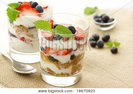 Iogurte morangos e mirtilos