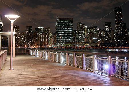 Skyline von Manhattan in der Dämmerung