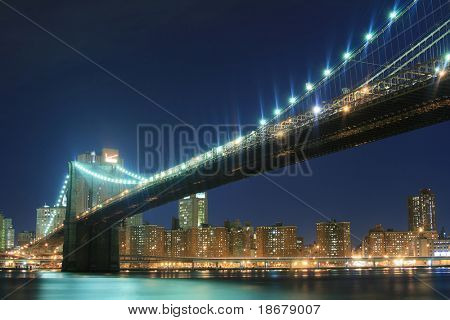Brooklyn Bridge und Manhattan Skyline at Night Lights, nyc