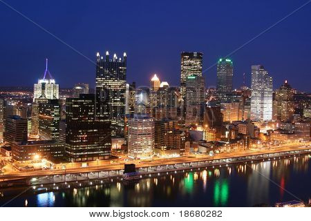Pittsburgh's Skyline von Mount Washington in der Nacht.