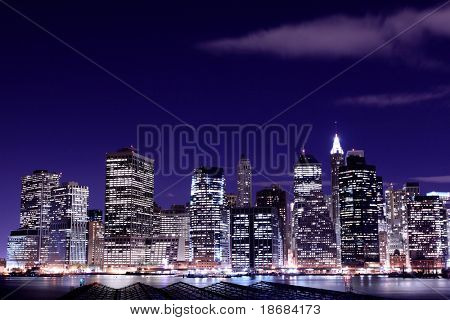 Blick auf Manhattan Skyline aus Brooklyn in der Nacht, New York City