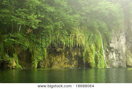 Schöner Wasserfall an einem trüben Tag im Nationalpark Plitwitzer Seen, UNESCO World Heritage Center