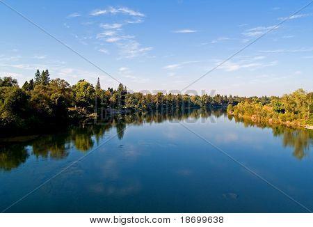 Reflexo no Rio americano no Condado de Sacramento
