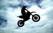 Постер, плакат: Мото гонщик на фоне неба Спорт desogn