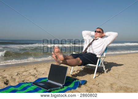 Kaufmann am Strand entspannen