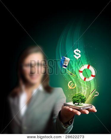 Business Woman holding ein Mobiltelefon übertragen von Bildern