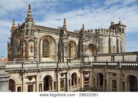 El monasterio-fortaleza de los Templarios. Bellamente decorado Palacio cuadrangular de fachadas, su