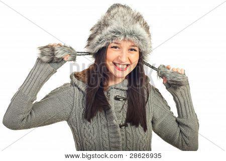 Mulher rindo no chapéu de pele