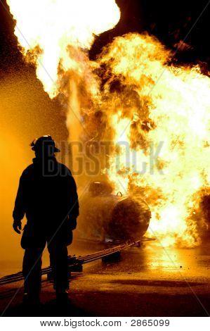 Feuerwehrmann und Flammen