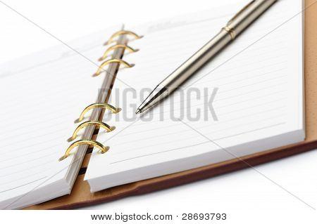 Öffnen Sie Notizbuch mit Kupfer Bindung und stilvolle pen