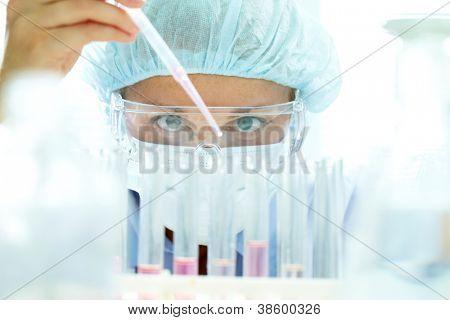 Amostra do líquido de teste em laboratório de farmácia