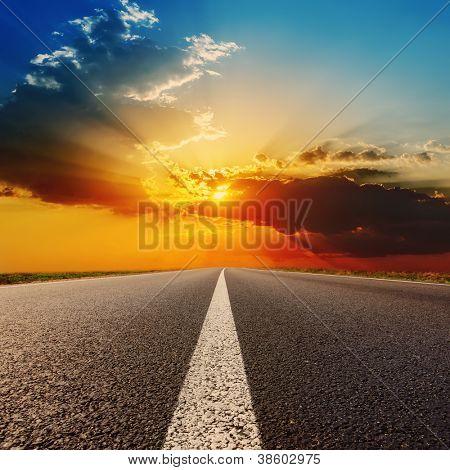 Weg zur dramatischen Sonnenuntergang