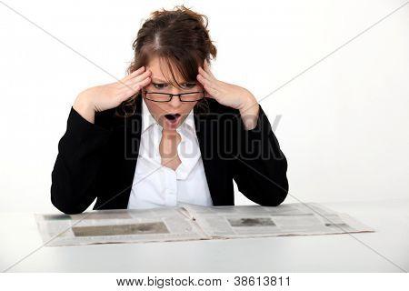 Schockiert Frau Zeitung lesen