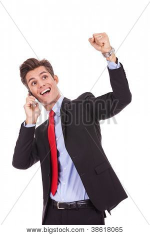 gritando el joven empresario en un teléfono celular y ganar, aislado sobre fondo blanco