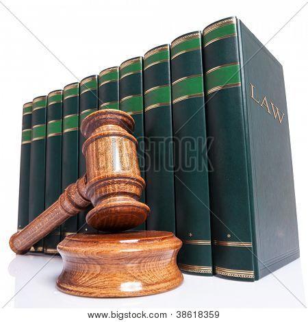 Jueces de madera martillo y ley libros sobre fondo blanco