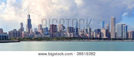 Panorama de skyline de Chicago com arranha-céus ao longo do Lago Michigan, com céu azul nublado.