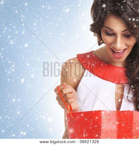 Junge schöne Frau mit einigen Einkaufstaschen