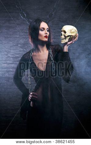 Conceito de Halloween: jovem e sexy bruxa faz a bruxaria na masmorra