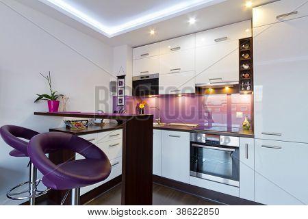 Moderne weiße und lila Küche Interieur