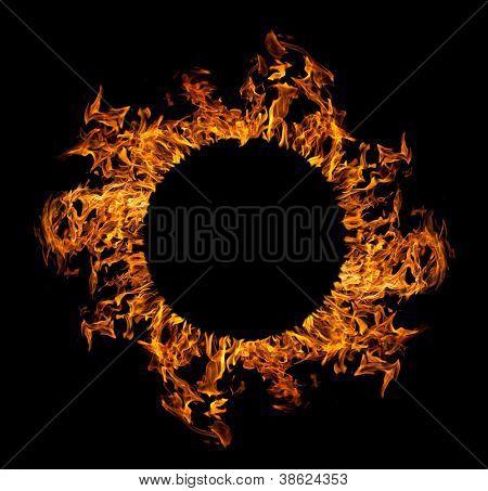 Kreis der orange Flamme auf schwarzem Hintergrund isoliert