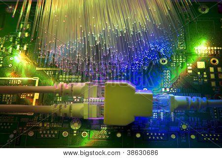 Netzwerk-Kabel und Hub-Closeup mit optischen Faser-Hintergrund