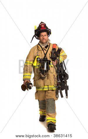 Bombeiro segurando a máscara e airpack terno totalmente protetora, andando no fundo branco isolado
