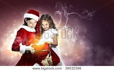 Navidad figura de niña con regalos de Navidad y santa