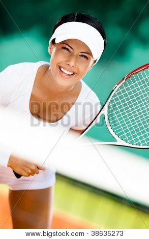 Mujer en ropa deportiva tenis. Competencia