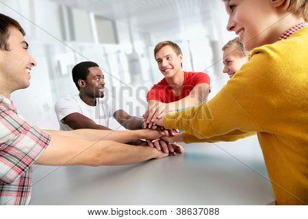 Team Freunde zeigt Einigkeit mit ihren Händen zusammen