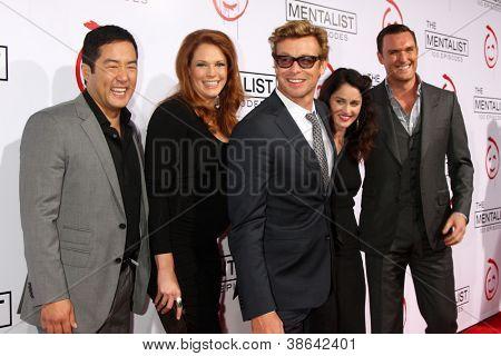 LOS ANGELES - OCT 13: Tim Kang, Amanda Righetti, Simon Baker, Robin Tunney, Owain Yeoman eintreffen