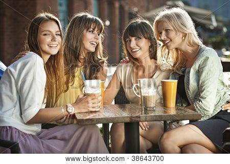Grupo de jovens bebendo café
