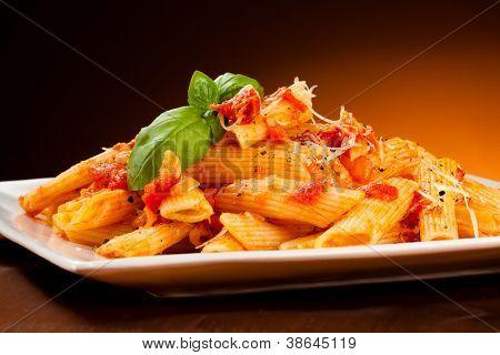 Macarrão com molho de tomate e parmesão