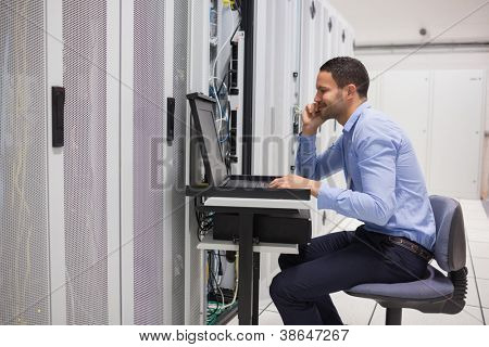 Homem manter os servidores no data center