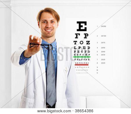 Oculista haciendo un examen de la vista