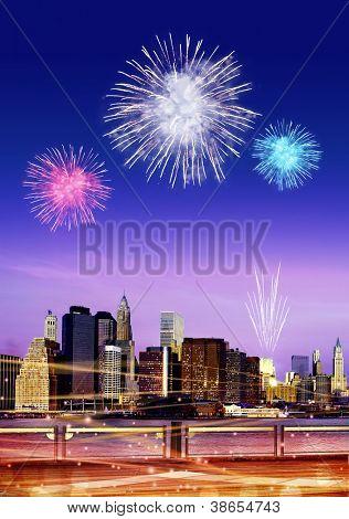 Centro de la ciudad Brooklyn con fuegos artificiales en la ciudad de Nueva York en la noche