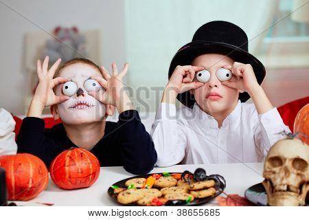 Foto de dos niños espeluznantes asustando gente en Halloween