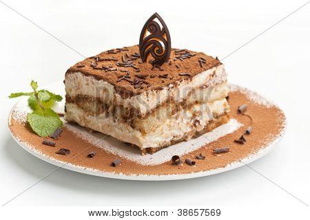 Stück selbstgemachte italienische Tiramisu Dessert serviert auf einem Teller
