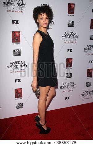 """LOS ANGELES - 13 de OCT: Britne Oldford llega a la pantalla de """"American Horror Story: asilo"""" Premiere"""