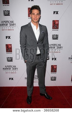 "LOS ANGELES - OCT 13: Dean Geyer kommt an die ""American Horror Story: Asyl"" Premiere Screening"